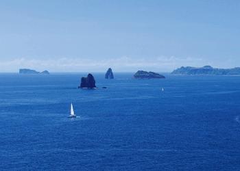 角力灘の水平線と大角力・小角力・母子島の島しょ景観