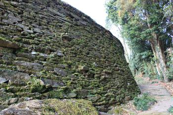 石積み家屋のある集落景観